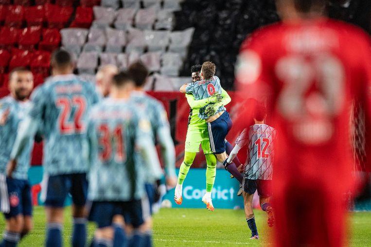 Klaas-Jan Huntelaar heeft in blessuretijd Ajax op een 2-1-voorsprong gezet en viert de treffer met doelman Onana. Beeld Guus Dubbelman / de Volkskrant