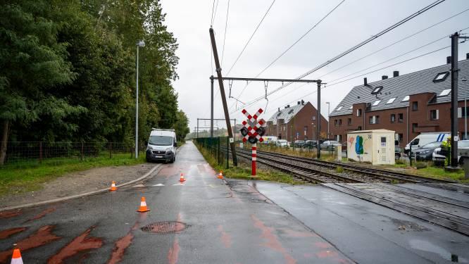 Kraanarm rukt bovenleiding van spoorweg naar benden: Treinverkeer onderbroken tussen Dendermonde en Opwijk