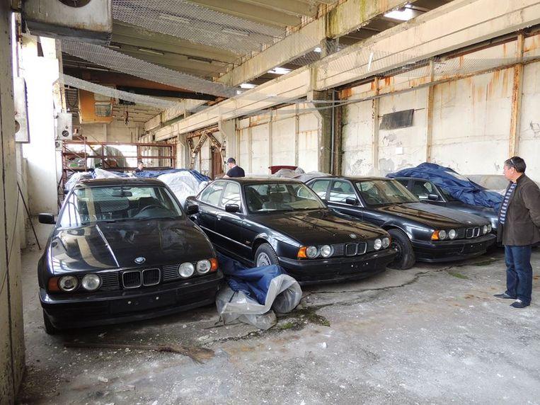 Elf BMW's, voornamelijk zwarte, staan sinds de jaren '90 ongebruikt in een Bulgaarse opslagplaats.