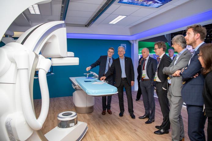 Topman Frans van Houten bedient een Azurion röntgen scanner op de RSNA in Chicago.