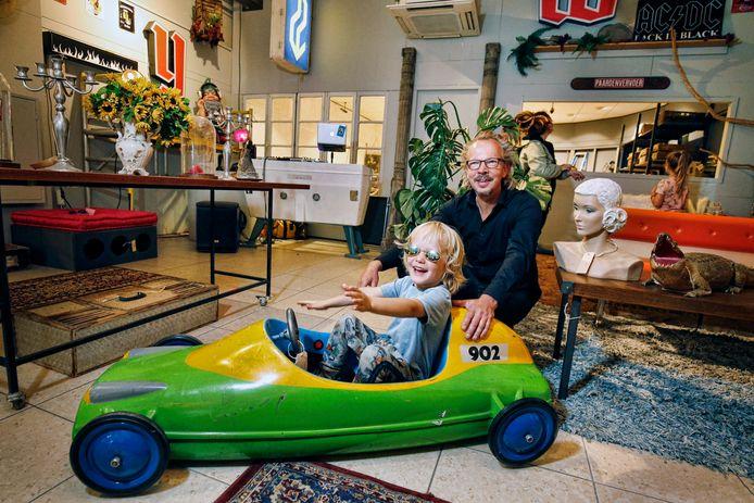 Mede-eigenaar van Schaalwerk Walter Bak en zijn zoon Sammie tussen de curiosa en decorstukken in de nieuwe pop-up winkel Misterieur Kakapo aan de Nachtegaalstraat in Utrecht.