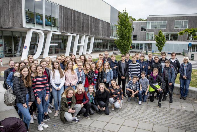 Leerlingen van het Twents Carmel College en het Burg-Gymnasium samen in 2019. Achteraan, met bril, Jef Horsthuis.