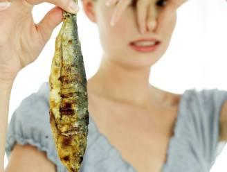 Vrouw die lijdt aan zeldzaam visgeursyndroom op dieet om niet te stinken