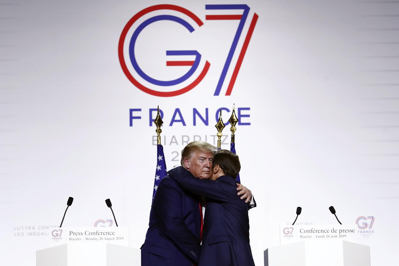 De Franse president Emmanuel Macron (rechts) and Amerikaanse president Donald J. Trump (links) omarmen elkaar stevig bij de afsluitende persconferentie van de G7 in Biarritz.
