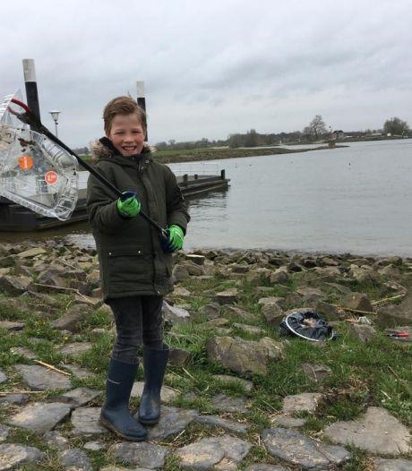 Waaljutters halen 1500 kilo zwerfafval weg langs oevers van de Waal