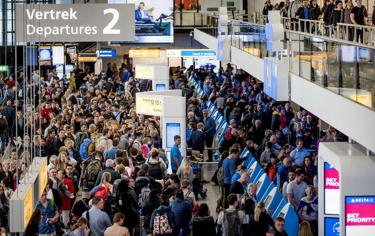 Reizigers van luchthaven Schiphol ondervinden vertragingen nadat het vliegveld te kampen had met een grote storing. Beeld Anp