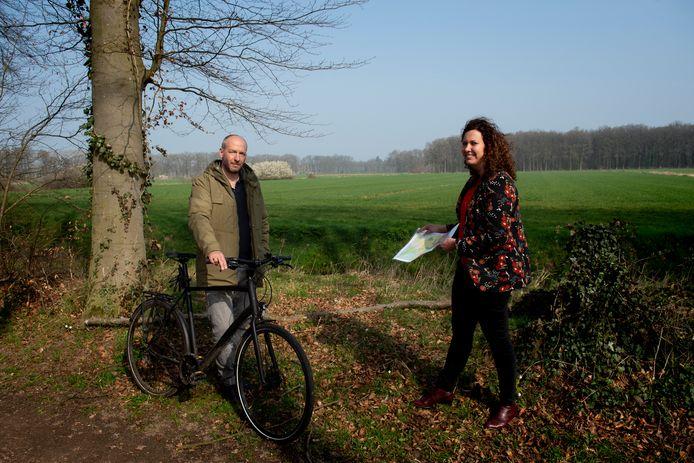 Jeroen Eikholt (l) en Anne Zekveld zien windmolens in het buitengebied van Brummen niet zitten.