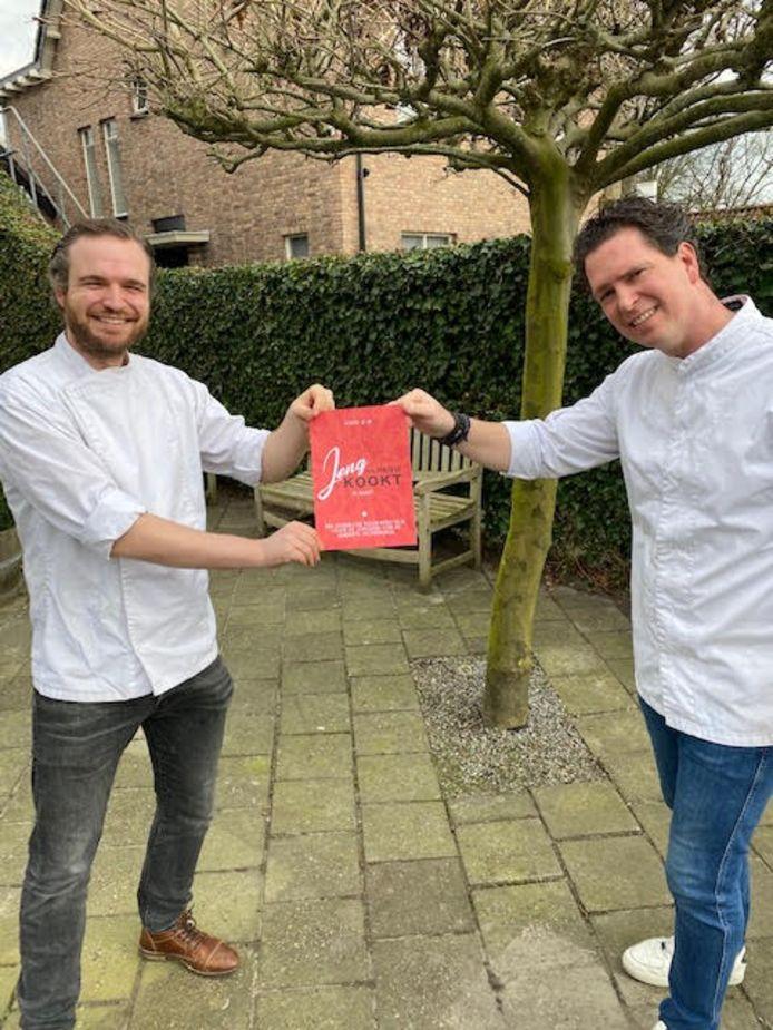 Water Pouwe en Randy Mollen met de flyer van hun kookwedstrijd, die nu wordt uitgesteld.