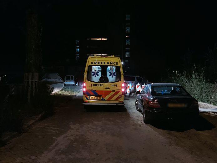 Een ambulance bij de woning aan de Aldenhof 32e straat in Nijmegen, waar woningoverval plaatsvond.