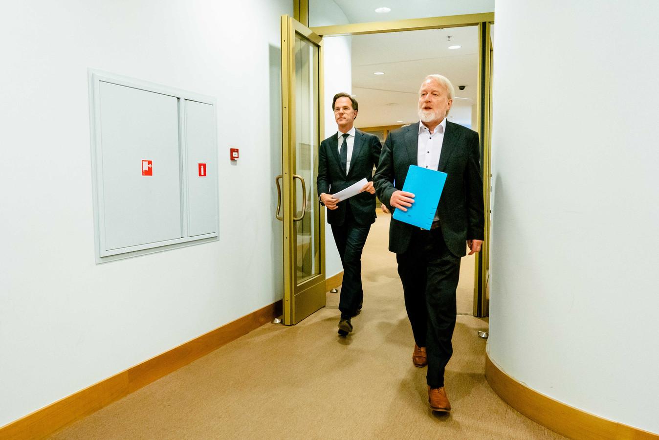Premier Mark Rutte en Jaap van Dissel (RIVM) tijdens een persconferentie na afloop van een overleg.