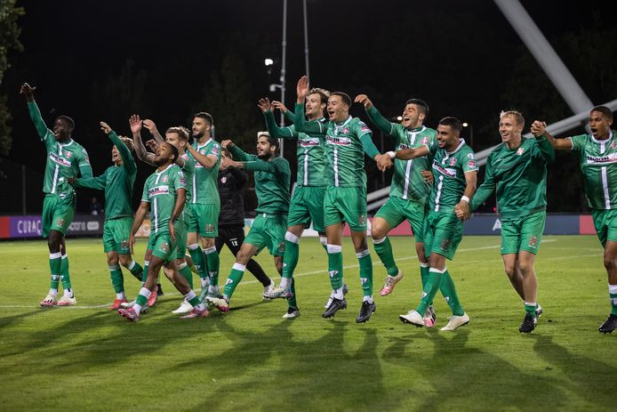 Doelpuntenmaker Nikolas Agrafiotis (vijfde van links) viert met zijn ploeggenoten de overwinning op Jong Ajax.