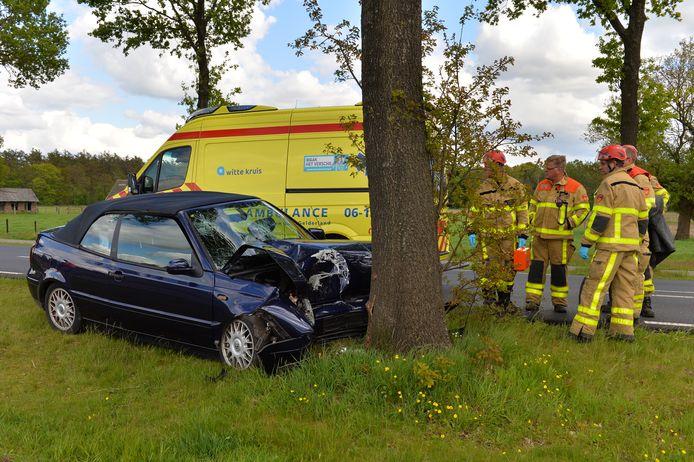 De inzittenden van de auto raakten gewond.
