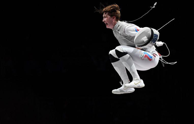 De Russische Larisa Korobeynikova viert feest na het winnen van de Italiaanse Alice Volpi in de individuele bronzen medaillewedstrijd voor dames  in de Makuhari Messe Hall in Chiba City, Chiba Prefecture, Japan, op 25 juli 2021. Beeld AFP