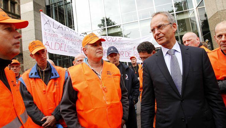 Minister Henk Kamp van Economische Zaken voorafgaand aan de ontvangst van een petitie van werknemers van Aldel. Beeld ANP