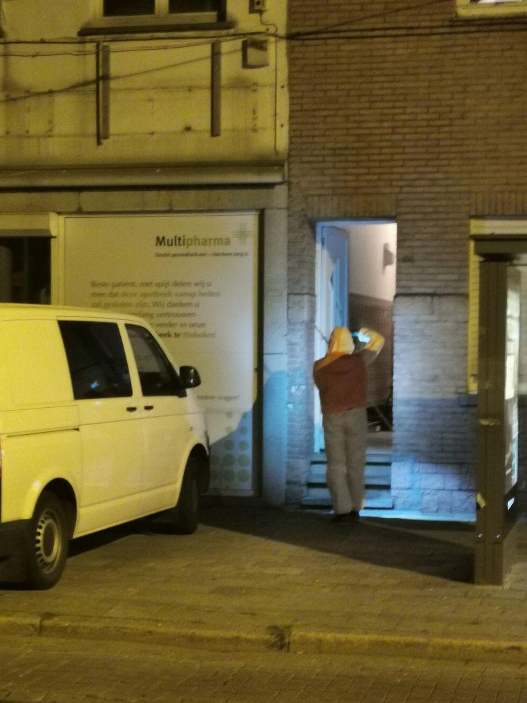 De voordeur van het pand naast de apotheek werd onder vuur genomen. Beeld Marc De roeck