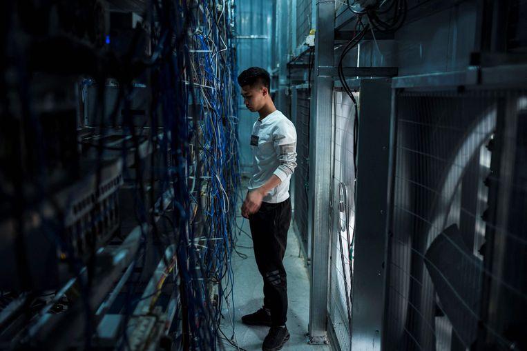 In een bitcoinfabriek in China werken computers aan het delven van de cryptomunt. Beeld AFP
