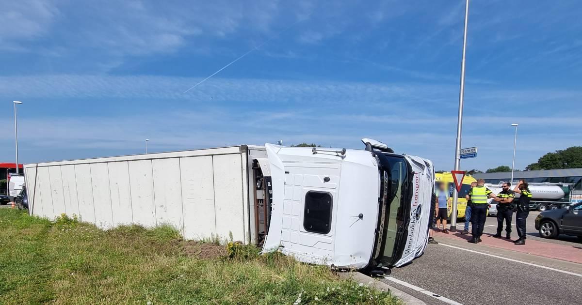 Omleidingsroute N18 afgesloten door gekantelde vrachtwagen bij Varsseveld.
