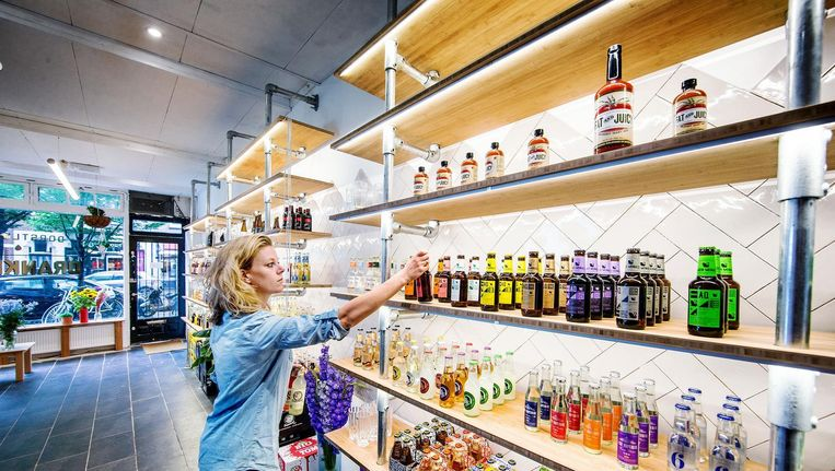 Cocktailspeciaalzaak Dorstlust moet een einde maken aan de vrijdagmiddagfietstocht van slijter naar supermarkt en weer terug Beeld Jean-Pierre Jans