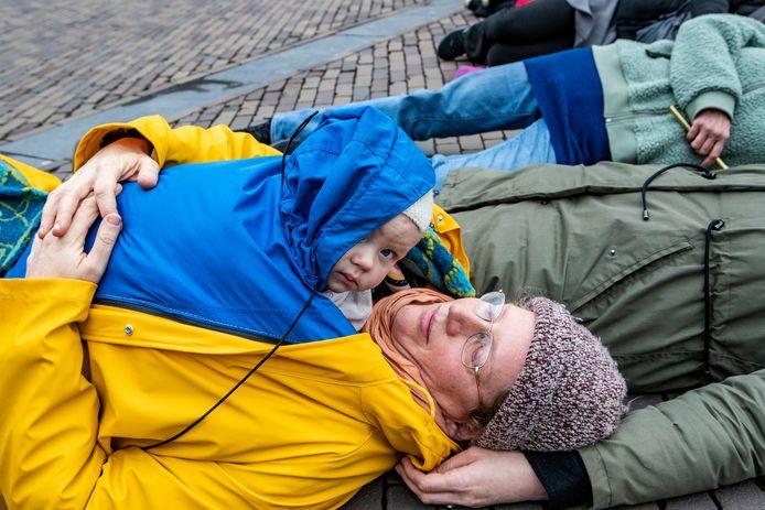 """Natuurlijk is het koud. Maar de acht maanden oude Tobias ligt lekker warm op de buik van zijn moeder Karen. ,,Voor hem doen we dit"""", zegt zijn moeder."""