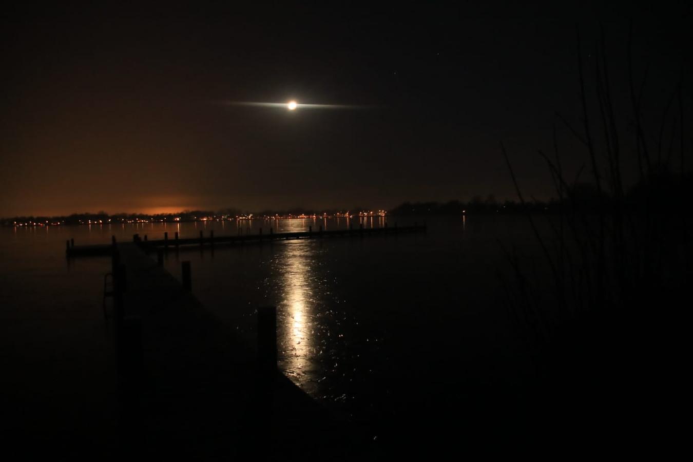 De maan met daaronder de zonsopgang
