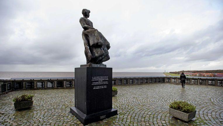 Het vissersmonument in Urk met de namen van op zee omgekomen vissers.