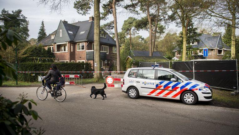 Forensische experts van de politie en het Nederlands Forensisch Instituut (NFI) analyseren sporen in en bij de garage van oud-minister Els Borst. (archiefbeeld) Beeld ANP