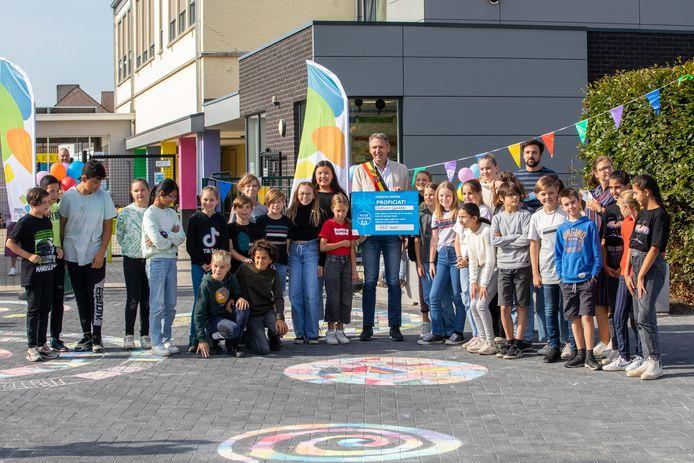 De leerlingen van basisschool Domino Genenbos kunnen vanaf nu genieten van een vernieuwde schoolomgeving.