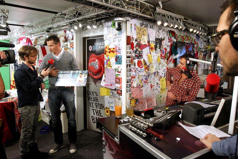 Richard Krajicek met Giel Beelen (L), Gerard Ekdom en Michiel Veenstra (R) in het Glazen Huis. De 3FM dj's lieten zich eind 2012 een week laten opsluiten voor de jaarlijkse benefietactie Serious Request. De opbrengst van de actie werd gebruikt voor het terugdringen van de babysterfte. Beeld anp