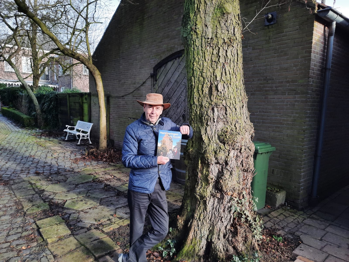 Henk Poelakker met zijn boek over Herinneringen aan Twente