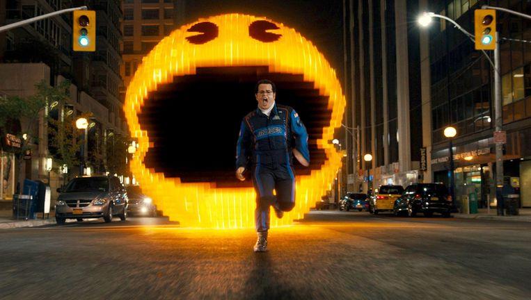 Een gigantische Pac Man valt aan. Adam Sandler kan alleen maar vluchten. Beeld PHOTO_NEWS