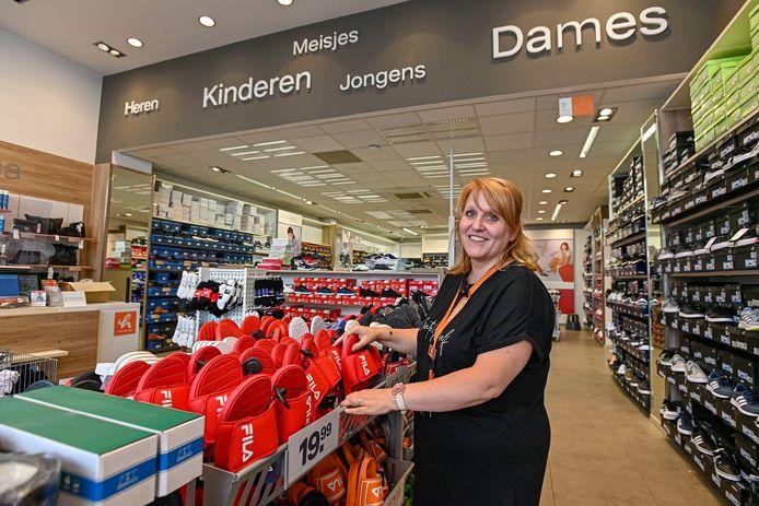 Assistent-filiaalhouder Ulrike van der List van schoenenwinkel Van Haren in Breda   ....Als zich morgen een goede kandidaat meldt, kan die overmorgen beginnen...