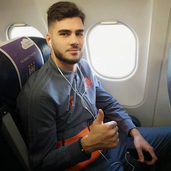 Elias Cobbaut op het vliegtuig met Anderlecht naar Dinamo Zagreb.