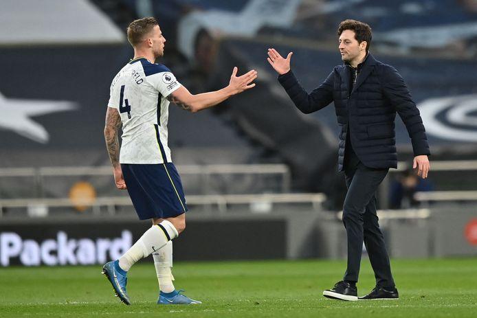 Alderweireld krijgt een handshake van Mason, ex-speler van Tottenham.