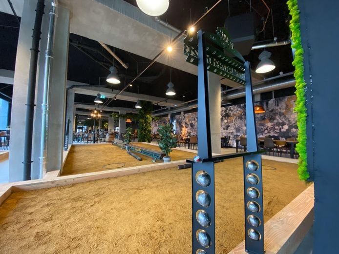 De nieuwe jeu-de-boulesbar in Tilburg. Tien banen, 1100 vierkante meter. Er kan maximaal 300 man binnen. Zaterdag gaat de zaak aan de Magazijnstraat open.