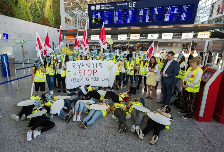 Duits Ryanair-personeel tijdens hun 24 uurstaking van vorige week.  Beeld Silas Stein/dpa