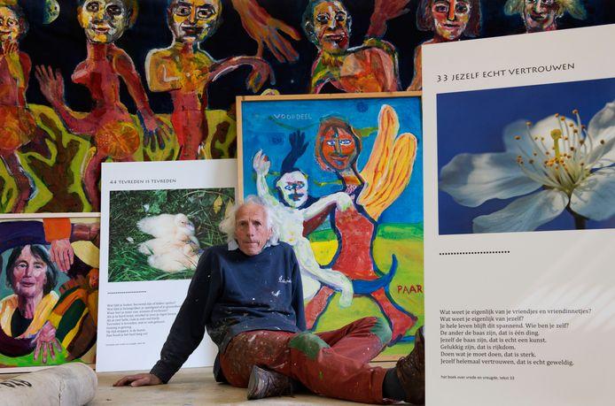 Veenendaal Roeland Schweitser tussen zijn werk en foto's van George Burggraaf die in het boek staan met zijn tekst. Foto William Hoogteyling