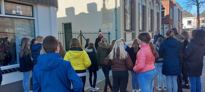 De leerlingen van de St. Josrisschool namen ook een kijkje bij de synagoge in Borculo.