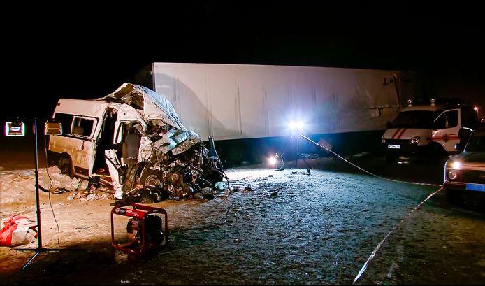 De vrachtwagen begon te slippen reed frontaal in op de mini-bus. Twaalf personen lieten het leven, elf anderen raakten zwaargewond.