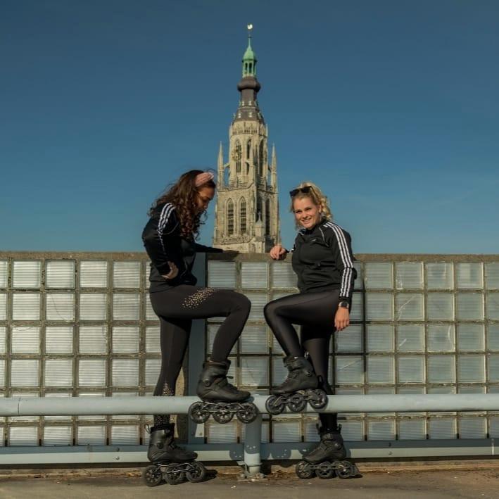 Ruby van der Jagt (links) en haar vriendin Sacha Benard in vol ornaat.