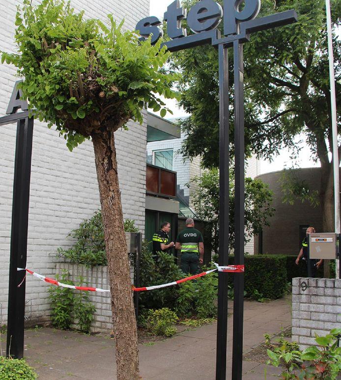 Politie tijdens het onderzoek direct na het steekincident bij de woonzorgvoorziening D'n Aoverstep aan de Rapenburg in Neede.