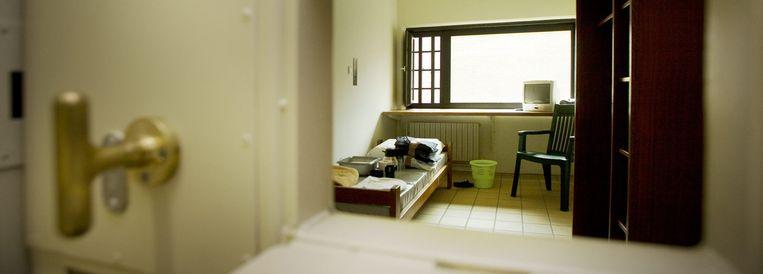 Een van de cellen van 2 op 4 meter in de AIBV. Het bed is verankerd in de grond. Beeld