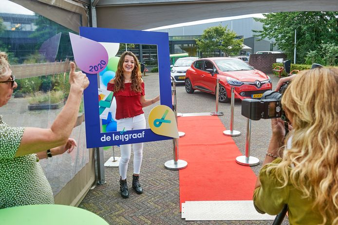 De drive-thru diploma-uitreiking bij ROC De Leijgraaf in Veghel. Isa van Roosmalen gaat er op de foto. De Leijgraaf wil fuseren met Koning Willem 1 College.