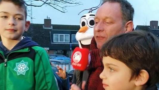 Weerman Piet Paulusma op bezoek bij OBS Willem de Zwijger in Willemstad