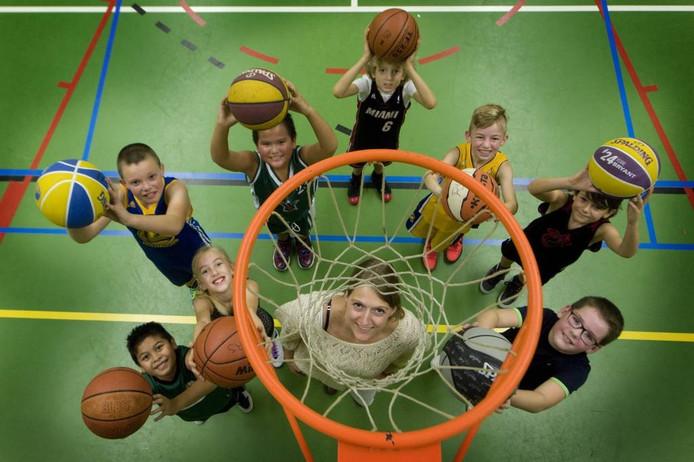 Selina Meems met de junioren 'Onder 12' van Flip Stars. Foto Raphaël Drent