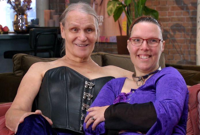 Meesteres Peggy en slaaf Angela voor hun make-over.
