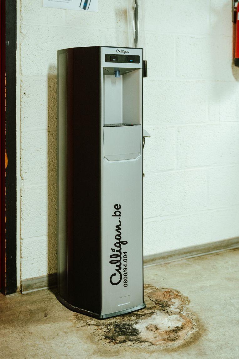 Een grote schimmelvlek bij een waterdispenser in een gebouw van de VUB. Beeld Illias Teirlinck