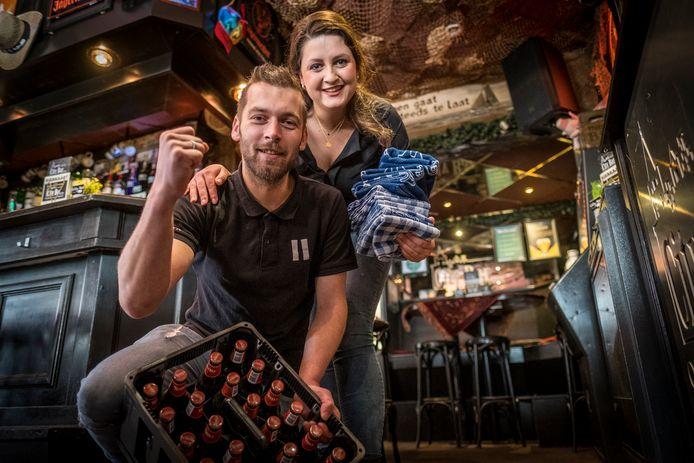 Nick Bouw en zijn vriendin Marlouke Vos hebben er zin in: hun café in het centrum van Elburg mag op 5 juni eindelijk weer open.