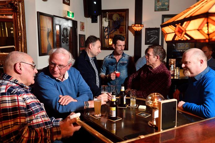 Veteranen in gesprek in café 't Draeckje, met vlnr rechts Robert Kok, Roelf Laning, Frank Badings,  cafébaas Jan Gerritse, Arnold Mol en Oscar Mulder.