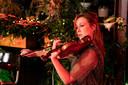 Violiste Maria-Paula Majoor van het Matangi Quartet treedt op met bandonéonist Carel Kraayenhofin in een online Play-it-forward-kerstconcert.