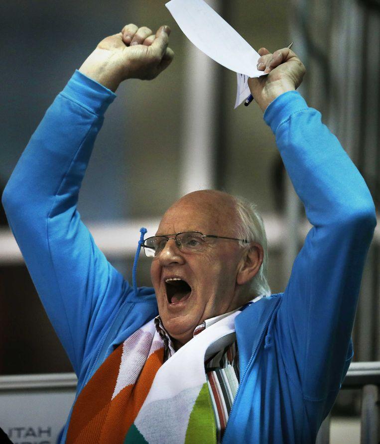 2013-01-28 SALT LAKE CITY - Luud Mulder de vader van Michel Mulder juicht na het winnen van de wereldtitel op het WK Sprint in de Olympic Oval. ANP JERRY LAMPEN Beeld ANP